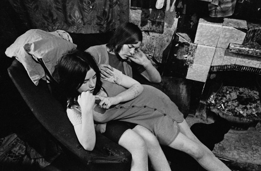 Sisters-sharing-a-chair-in-a-Gorbals-slum-tenement-1970