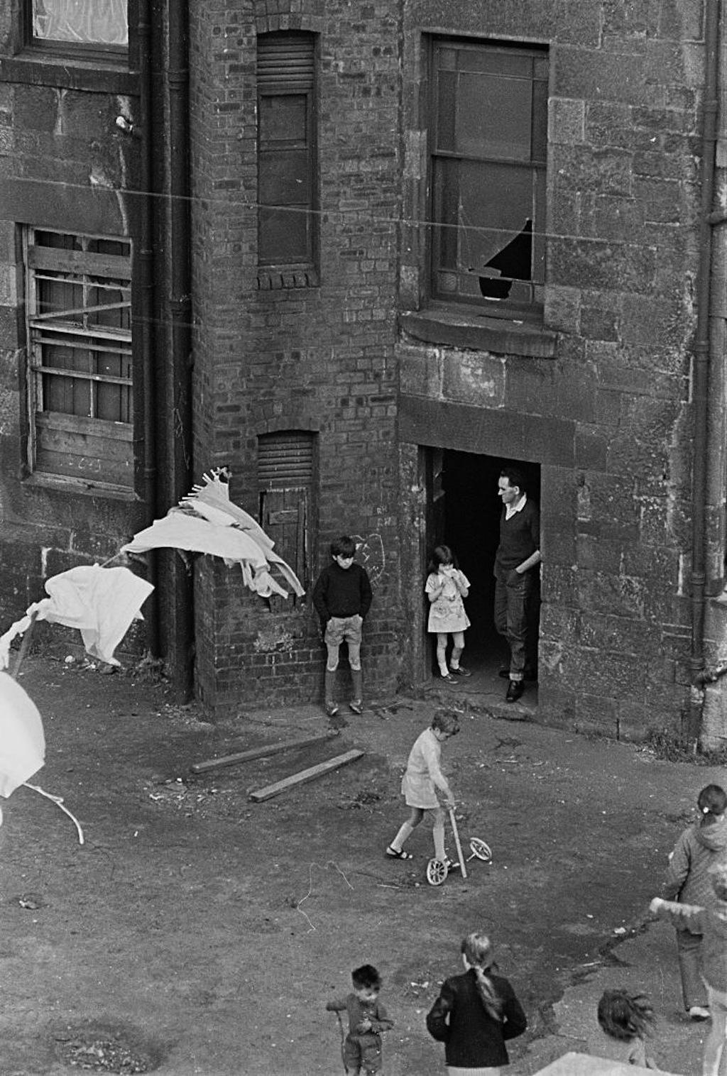 Tenement-backyard-Glasgow-1971-382-25a