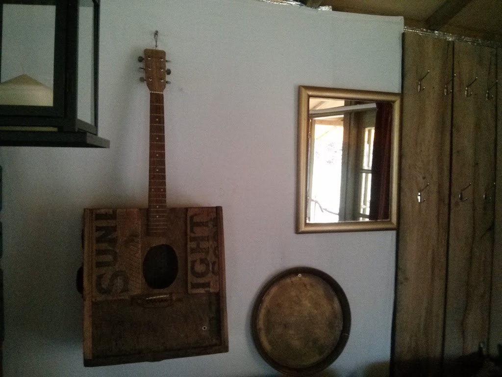 camping_pavillion_guitar
